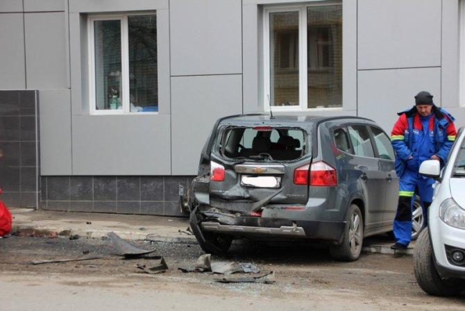 В Саратове женщина за рулем Lexus перепутала педали и устроила ДТП (7).jpg