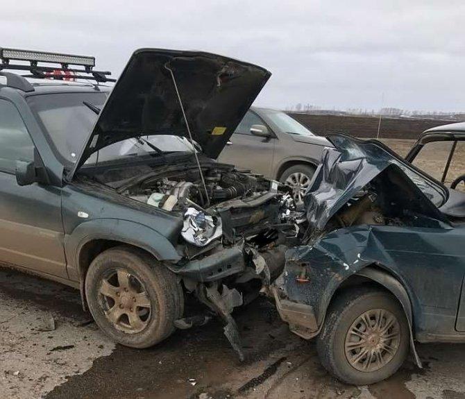 """В Башкирии """"Жигули"""" не уступили дорогу """"Ниве"""": двое погибших и трое госпитализировано"""