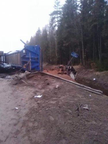 В Новгородском районе фура врезалась в иномарку и насмерть задавила человека (2).jpg