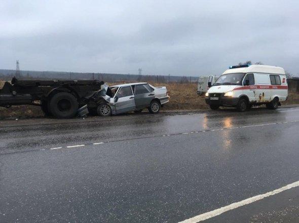 В Красном Бору в брошенный грузовик врезалась «Лада» есть пострадавшие (4).jpg