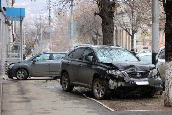 В Саратове женщина за рулем Lexus перепутала педали и устроила ДТП (4).jpg