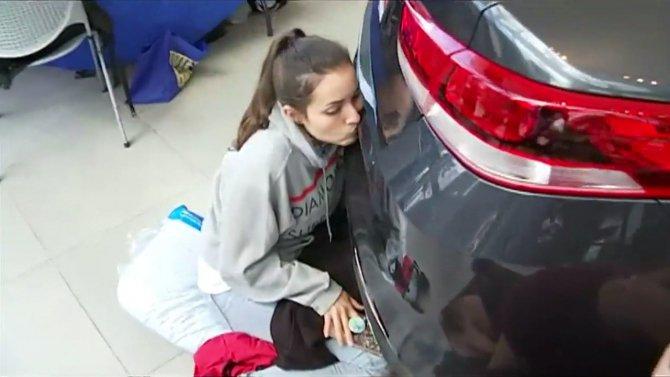 Девушка 50 часов целовала машину ради выигрыша в конкурс (2).jpg