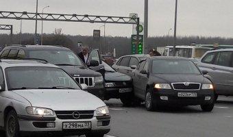 На Пулковском шоссе в Петербурге столкнулись три автомобиля