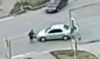 Мгновенная помощь: в Красноярске автомобиль сбил женщину на глазах полиции и «скорой»