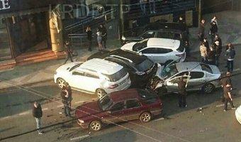 В Краснодаре Peugeot на всей скорости влетел в припаркованные автомобили