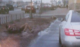 В Петербурге водитель «Мерседеса» сбил двух представителей движения «СтопХам»