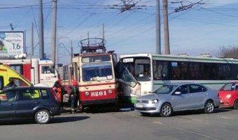 В Петербурге столкнулись автобус и трамвай: есть пострадавшие