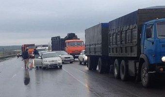 На трассе под Аксаем столкнулись шесть автомобилей: пострадали три человека