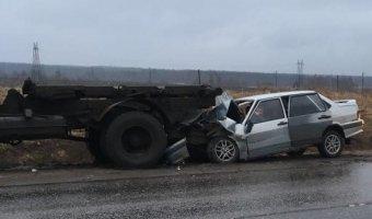 В Красном Бору в брошенный грузовик врезалась «Лада»: есть пострадавшие
