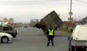 В Тольятти КамАЗ не вписался в поворот и упал