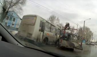 В Кузбассе маршрутка врезалась в эвакуатор