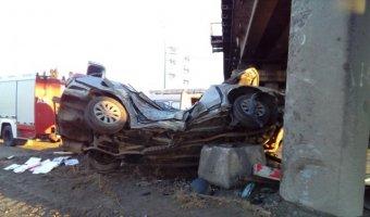 ДТП с двумя погибшими на Северной дороге в Череповце: автомобиль врезался в опору моста