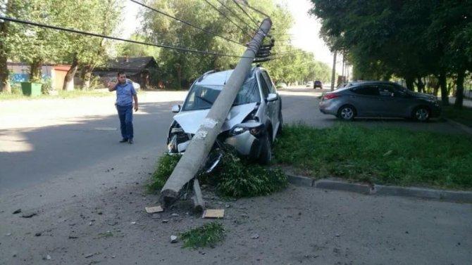 В ДТП в Балаковском районе девушку в машине раздавил столб.jpg