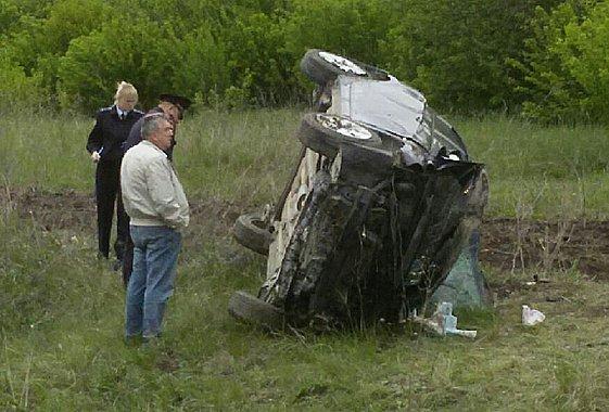 Под Вольском два человека погибли, вылетел из автомобиля.jpg