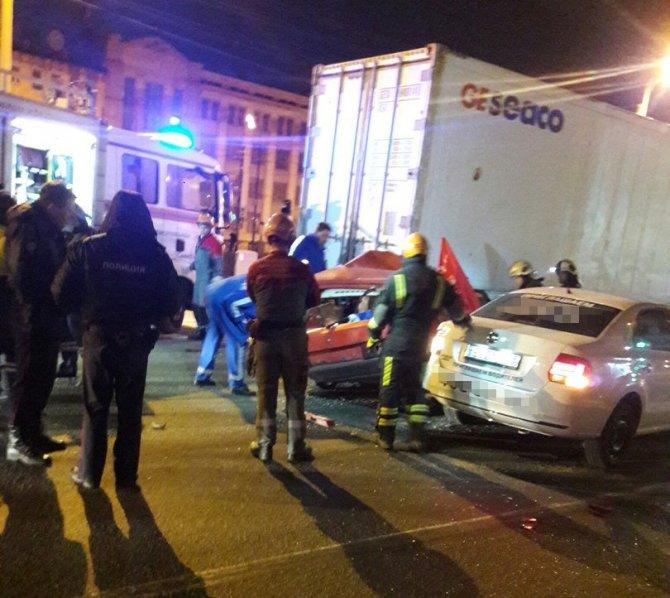 В ДТП на Обводном в Петербурге погиб водитель ВАЗа (5).jpg