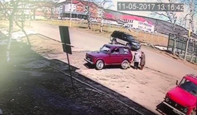 В Хабаровском крае водитель «Нивы» сбил двух женщин и медленно проехался по ним.jpg