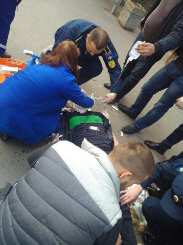 В Петербурге после ДТП машины вылетели на тротуар и ранили пешеходов (1).jpg