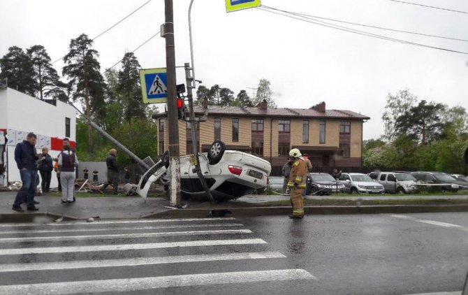 В ДТП на Приморском шоссе опрокинулась иномарка (6).jpg