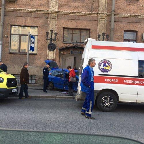 В Петербурге после ДТП машины вылетели на тротуар и ранили пешеходов (7).jpg