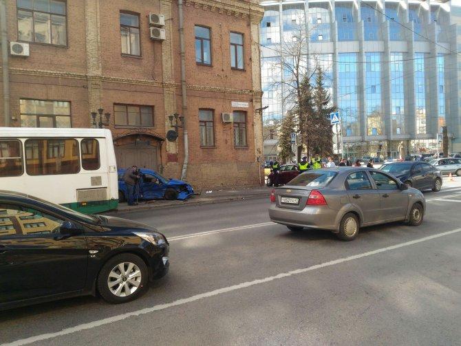 В Петербурге после ДТП машины вылетели на тротуар и ранили пешеходов (3).jpg