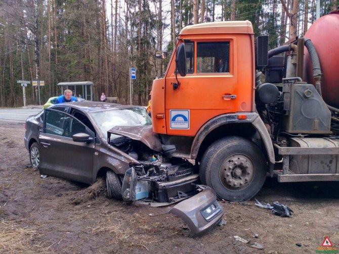 В Зеленогорске автоцистерна раздавила легковой автомобиль (6).jpg
