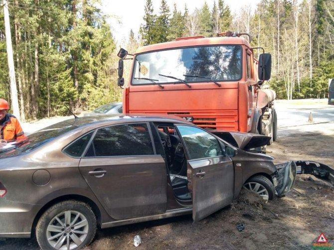 В Зеленогорске автоцистерна раздавила легковой автомобиль (2).jpg