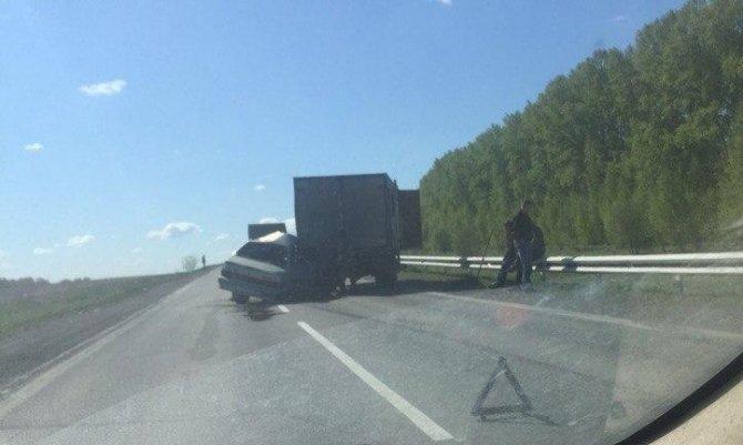На трассе в Кузбассе ВАЗ врезался в грузовик погиб человек.jpg