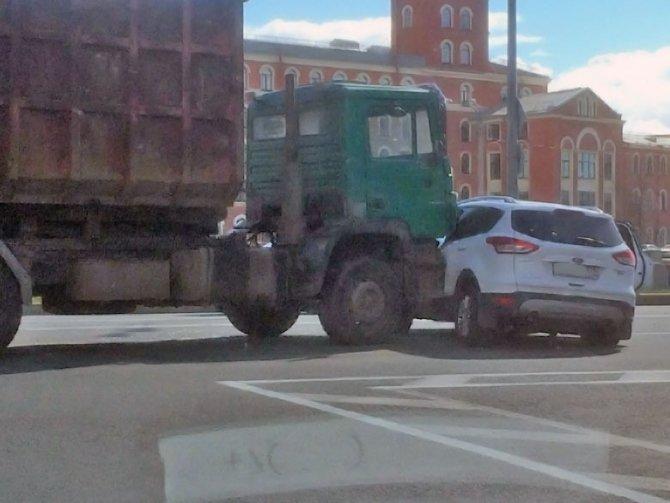 У Ford Kuga в ДТП на набережной Обводного канала оторвало колесо (4).jpg