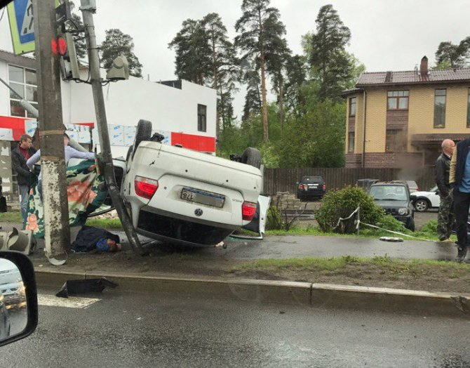 В ДТП на Приморском шоссе опрокинулась иномарка (5).JPG