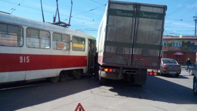 В Самаре грузовик снес трамвай с рельсов (2).jpg