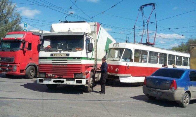 В Самаре грузовик снес трамвай с рельсов (1).jpg