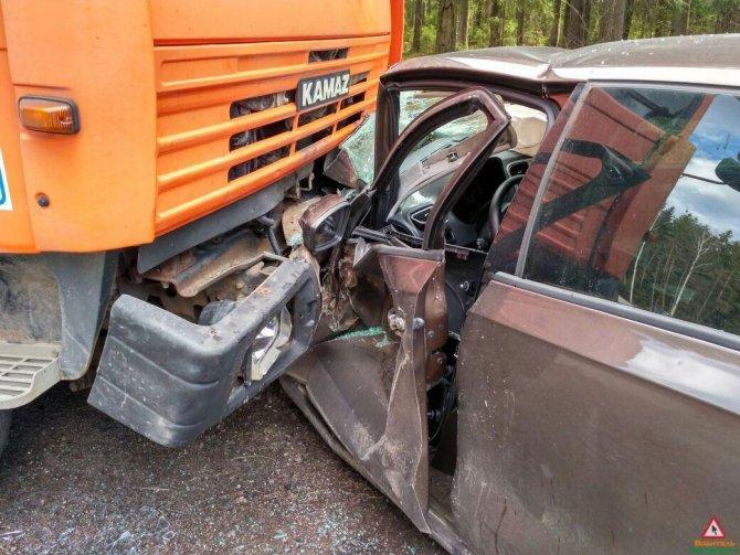 В Зеленогорске автоцистерна раздавила легковой автомобиль (3).jpg