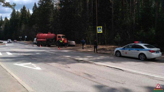 В Зеленогорске автоцистерна раздавила легковой автомобиль (5).jpg