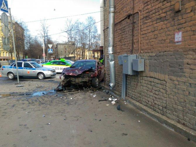 В Петербурге после ДТП машины вылетели на тротуар и ранили пешеходов (2).jpg