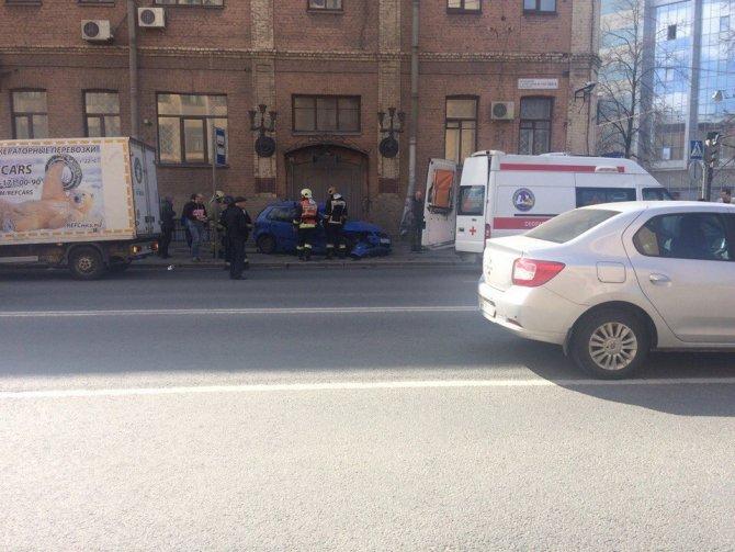 В Петербурге после ДТП машины вылетели на тротуар и ранили пешеходов (6).jpg