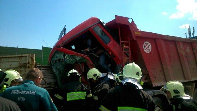 Пострадавших в ДТП на Киевском шоссе эвакуирует вертолет.jpg