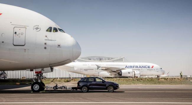 Porsche Cayenne устнановил рекорд, протащив 285-тонный самолет (1).jpg