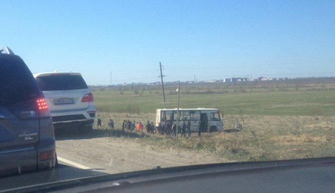 В Красном Бору автобус вылетел с трассы в поле.jpg