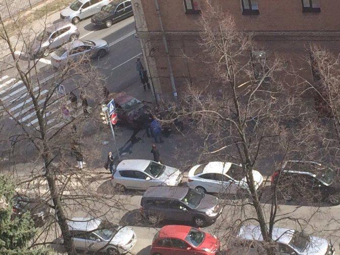 В Петербурге после ДТП машины вылетели на тротуар и ранили пешеходов (5).jpg