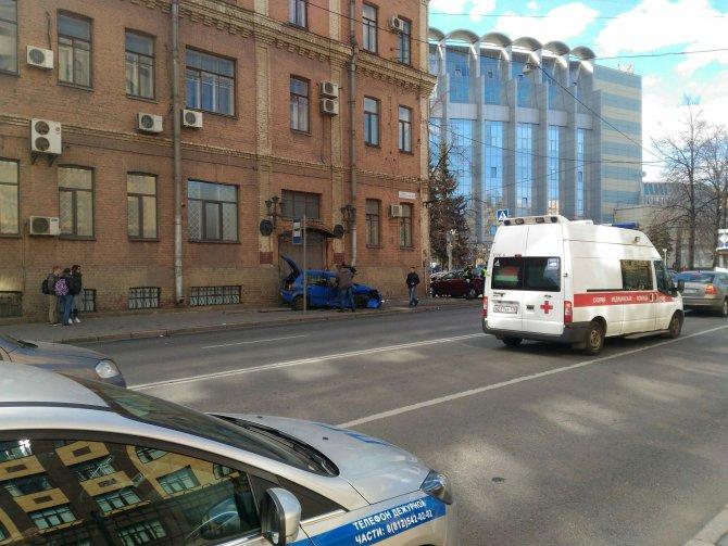 В Петербурге после ДТП машины вылетели на тротуар и ранили пешеходов (4).jpg