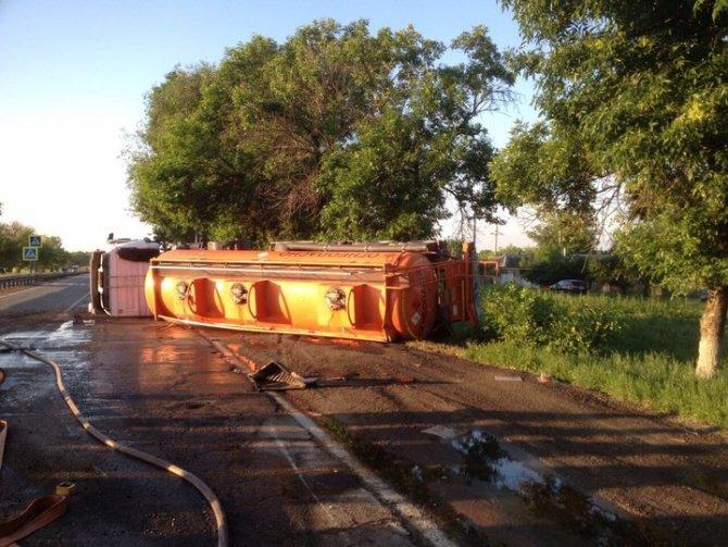 В Новокубанском районе в ДТП опрокинулся бензовоз (3).jpg