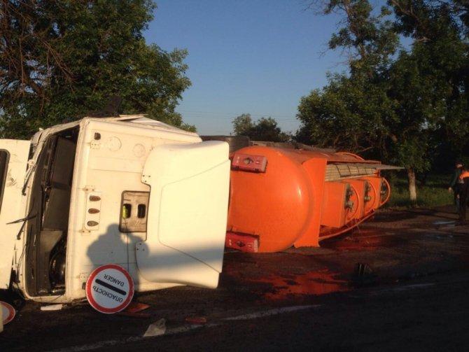 В Новокубанском районе в ДТП опрокинулся бензовоз (1).jpg