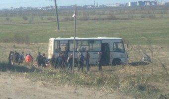 В Красном Бору автобус вылетел с трассы в поле