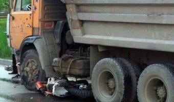 В Таганроге в ДТП с КамАЗом погиб мотоциклист