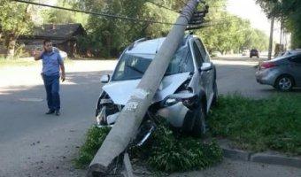 В ДТП в Балаковском районе девушку в машине раздавил столб