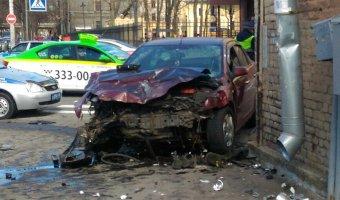 В Петербурге после ДТП машины вылетели на тротуар и ранили пешеходов