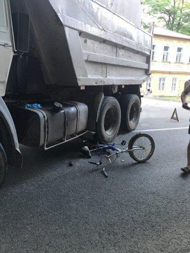 Велосипедист едва не погиб в ДТП с КАМАЗом в Ставрополе.jpg
