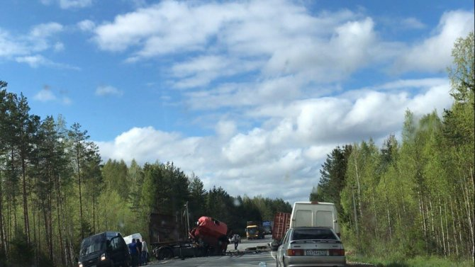 В ДТП под Лодейным Полем погиб водитель грузовика (3).jpg