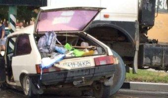 В Симферополе грузовик раздавил легковой автомобиль