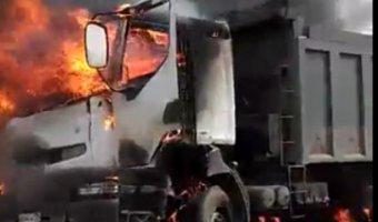 На юге Петербурга в ДТП с горящим самосвалом погиб человек